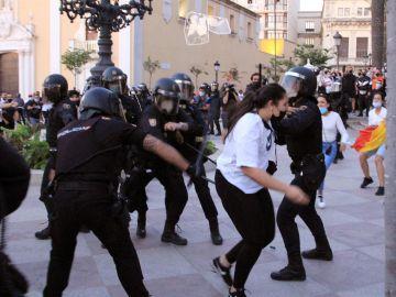 """Así fueron los disturbios en Ceuta por el acto de Santiago Abascal: """"Ha venido a romper la convivencia"""""""