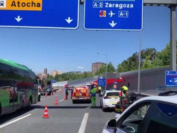 Muere un motorista al colisionar con un coche y salir despedido contra el guardarraíl en la A-3 en Madrid