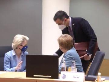Pedro Sánchez regala unos patucos a Ursula von der Leyen tras ser abuela por primera vez