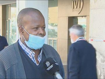 Jimy, el senegalés al que quemaron su quiosco, recibe 10.000 euros gracias a la solidaridad de vecinos y policías de Sevilla