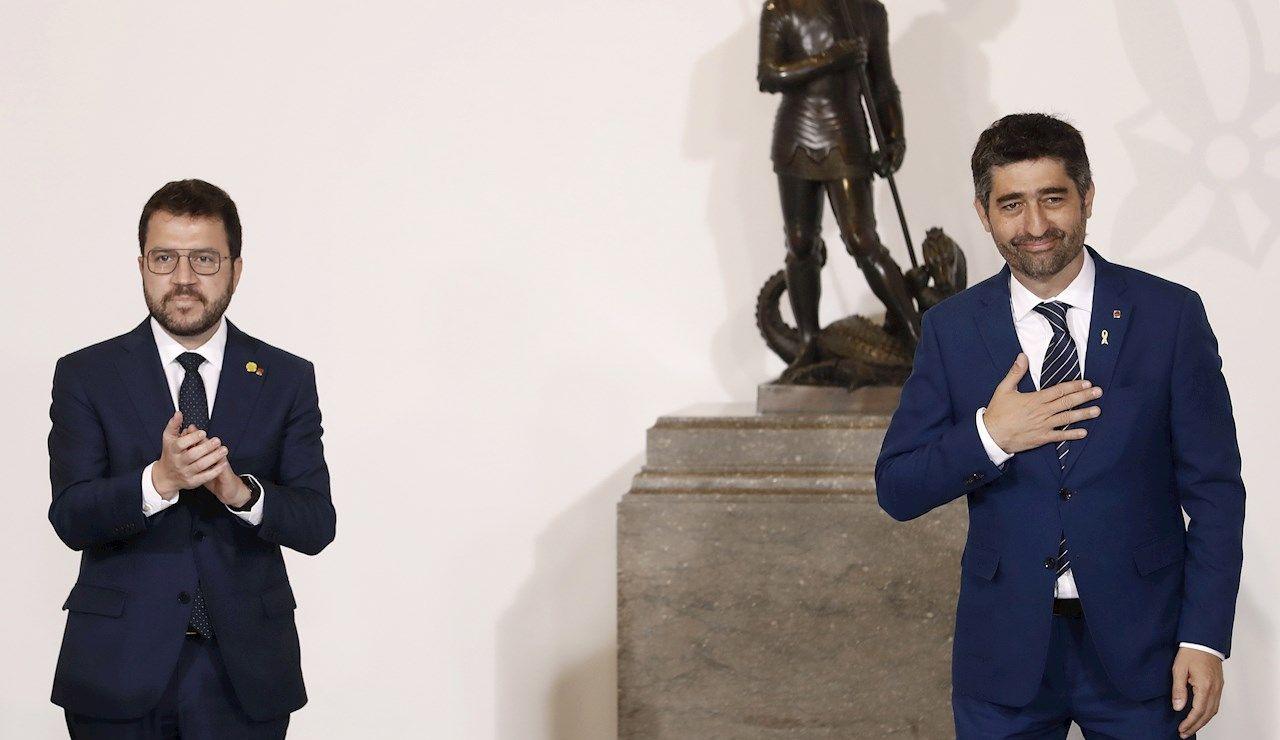 El vicepresidente del Govern y conseller de Políticas Digitales, Jordi Puigneró (d) junto al presidente de la Generalitat, Pere Aragonès (i) toma posesión de su cargo este miércoles en el Palau de la Generalitat