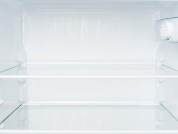 Un congelador abierto y vacío