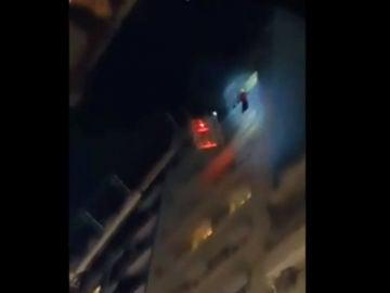El dramático rescate a un futbolista que se colgó del piso 11 para escapar de un incendio en Buenos Aires