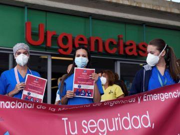 Sanitarios se concentran a las puertas de las urgencias del Hospital Infanta Leonor, en Madrid, para reclamar la creación de una especialidad en esta rama sanitaria, este jueves