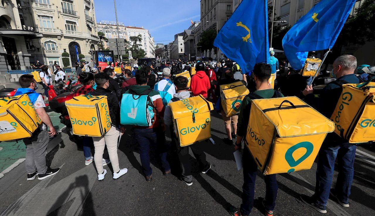 Repartidores pro-autónomos venidos de diferentes puntos del país se manifiestan frente al Congreso de los Diputados, este jueves, para protestar contra la Ley Rider