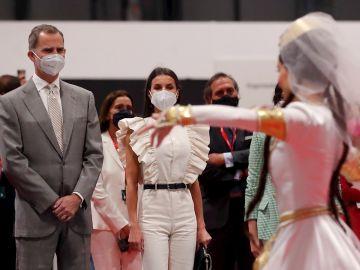 Los reyes de España, Felipe VI y Letizia, observan una de las actuaciones durante la inauguración de la a 41 edición de la Feria Internacional del Turismo, Fitur