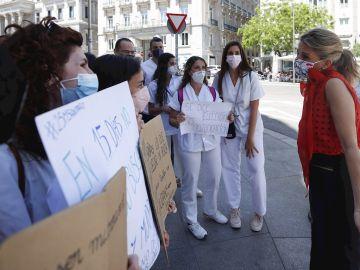 Los médicos MIR, que se han manifestado este martes ante el Ministerio de Sanidad, conversan con la vicepresidenta tercera y ministra de Trabajo, Yolanda Díaz