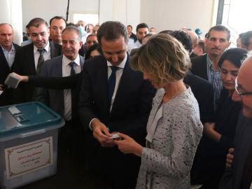 El presidente sirio Bashar al-Assad y su esposa Asma votan en Duma