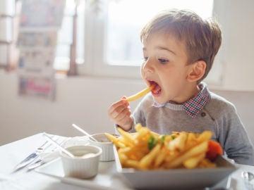 ¿Qué alimentos no debes dar a los niños?