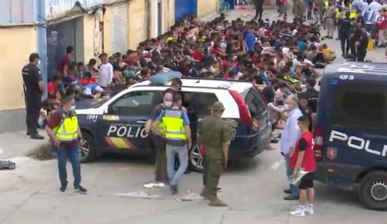 Menores migrantes custodiados por la policía