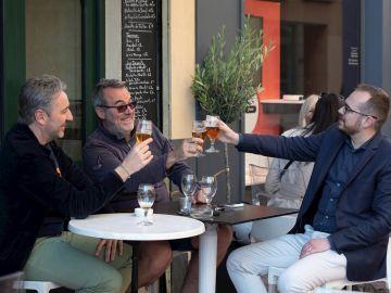 Tres hombres toman una cerveza en una terraza de Perpiñán