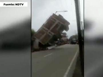 Derrumbe de edificio en India tras el paso de un camión