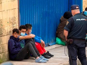 Jóvenes migrantes cerca de El Tarajal
