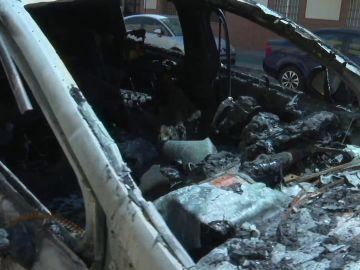 Se busca un pirómano que desde hace año y medio quema coches y contenedores en un barrio de Sevilla