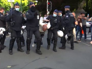 Tensión en Bruselas por 2 manifestaciones ilegales que han movilizado a 3.000 negacionistas del coronavirus