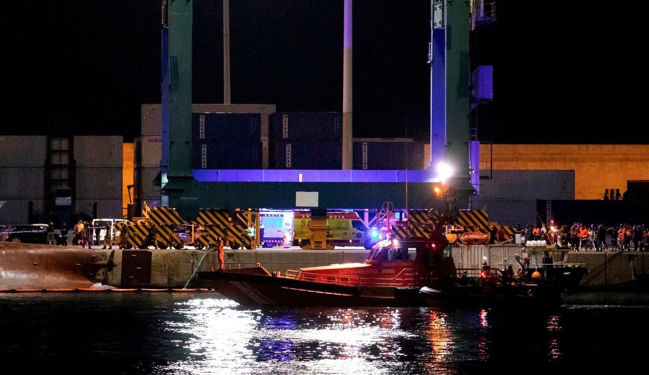 Equipos de emergencia en el Muelle del Centenario del Port de Castelló, tras el vuelco de un carguero de unos 80m durante las tareas de estiba