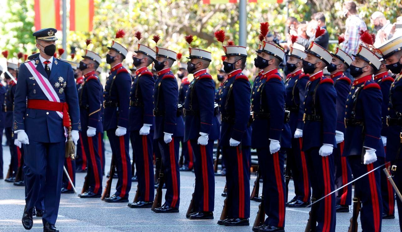 El rey Felipe VI (i) pasa revista a las tropas durante la celebración del Día de las Fuerzas Armadas en la Plaza de la Lealtad de Madrid este sábado.