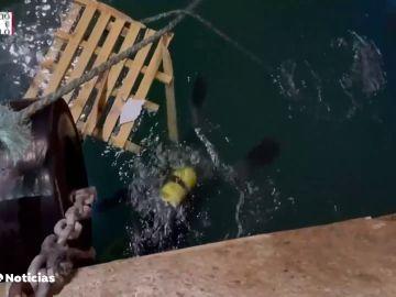 Encuentran el cuerpo de uno de los dos desaparecidos en el puerto de Castellón al volcar un barco