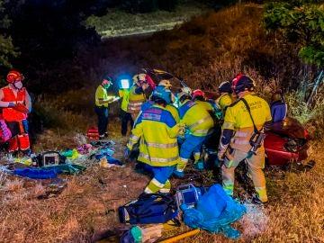 Dos personas garves y tres con pronóstico reservado al salirse un vehículo de la M-40 y caer por un terraplén