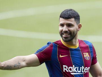 """Kun Agüero, en su presentación con el Barcelona: """"Hablo todos los días con Messi y creo que se va a quedar"""""""