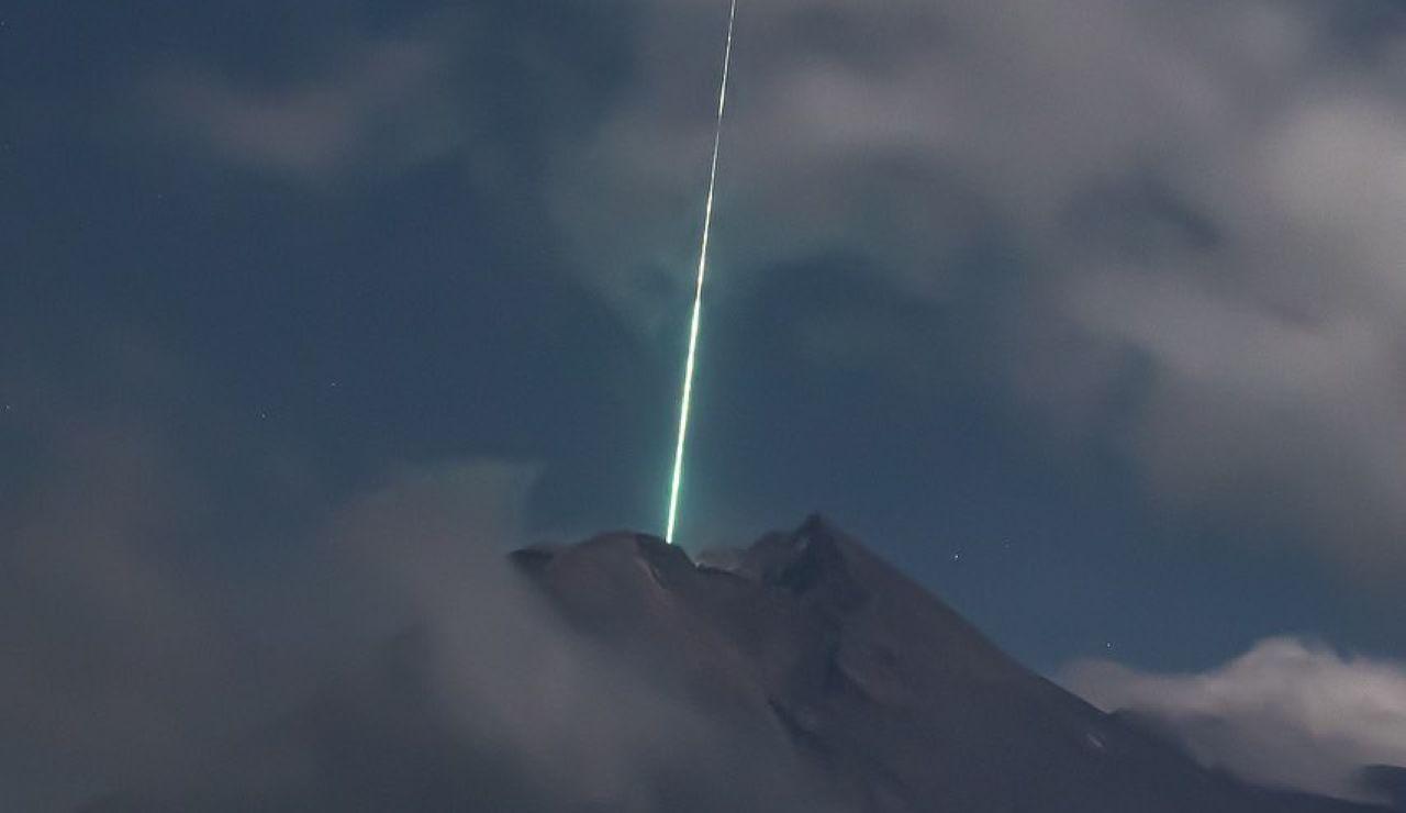 Las increíbles imágenes de un meteorito al caer sobre el volcán Merapi en Indonesia