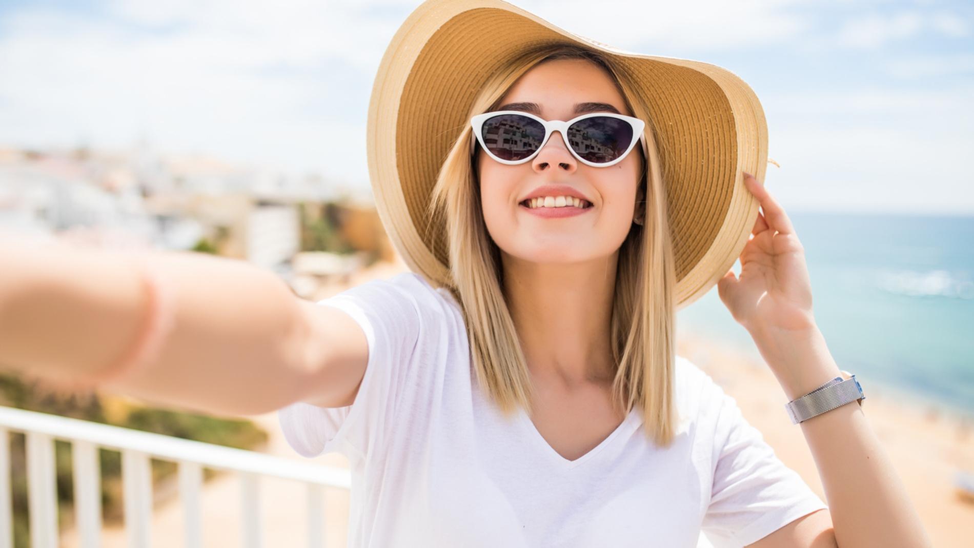 Consejos para que tu pelo rubio no acabe verde con el sol