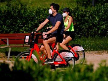 Ciclistas con mascarilla