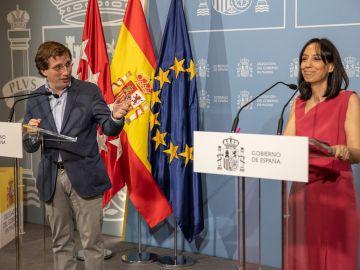 El alcalde de Madrid, José Luis Martínez-Almeida, y la delegada del Gobierno, Mercedes González, durante la rueda de prensa conjunta tras la reunión de la Junta y del Consejo Local de Seguridad de la capital, este miércoles en la Delegación de Gobierno, en Madrid