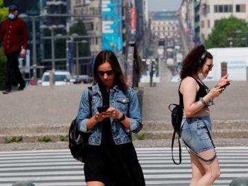 Dos jóvenes caminan sin mascarilla en Bruselas