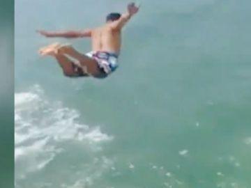 Un clavadista muere en un salto al impactar con un bote turístico