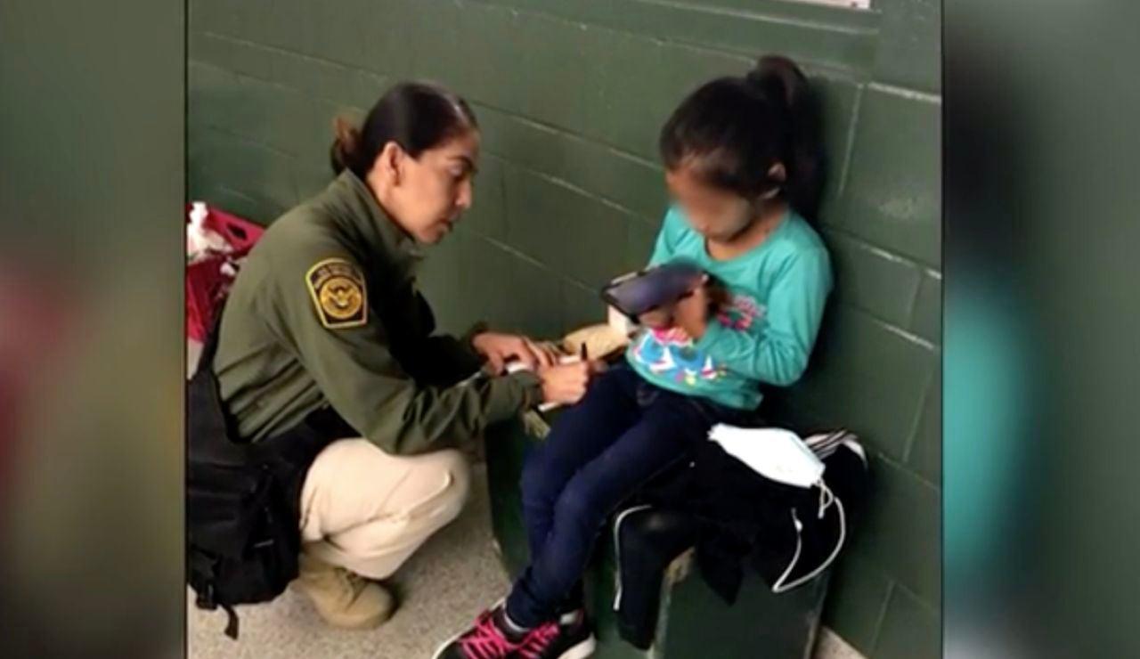 Una niña de cinco años en la frontera entre EE.UU y México