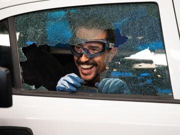 Marron enseña la forma correcta de romper el cristal de un coche ante una emergencia