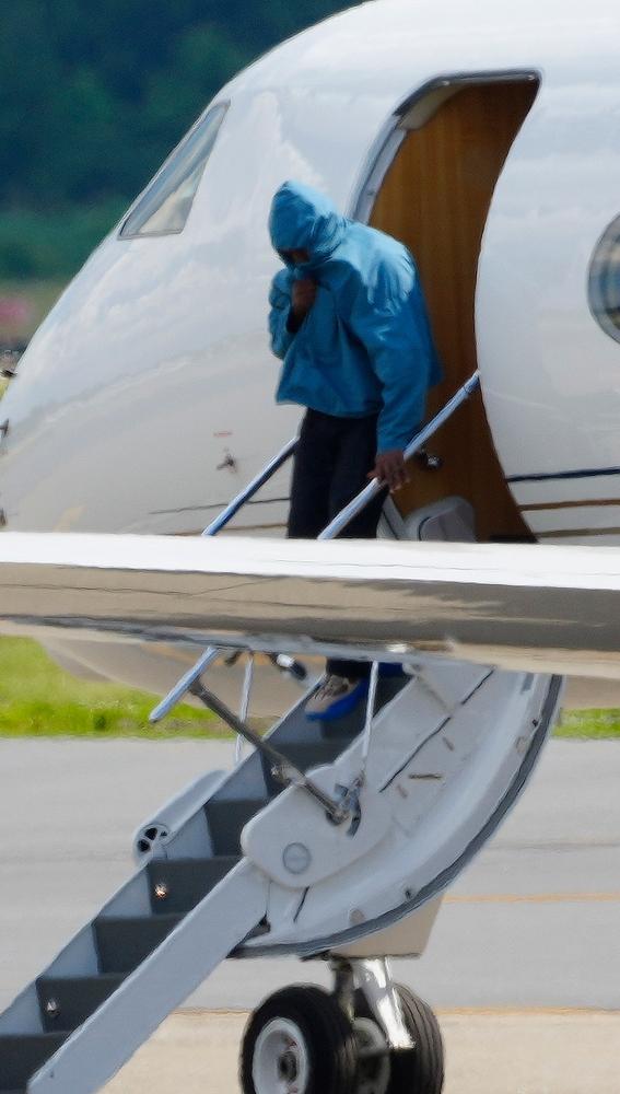 Kanye West bajando del avión