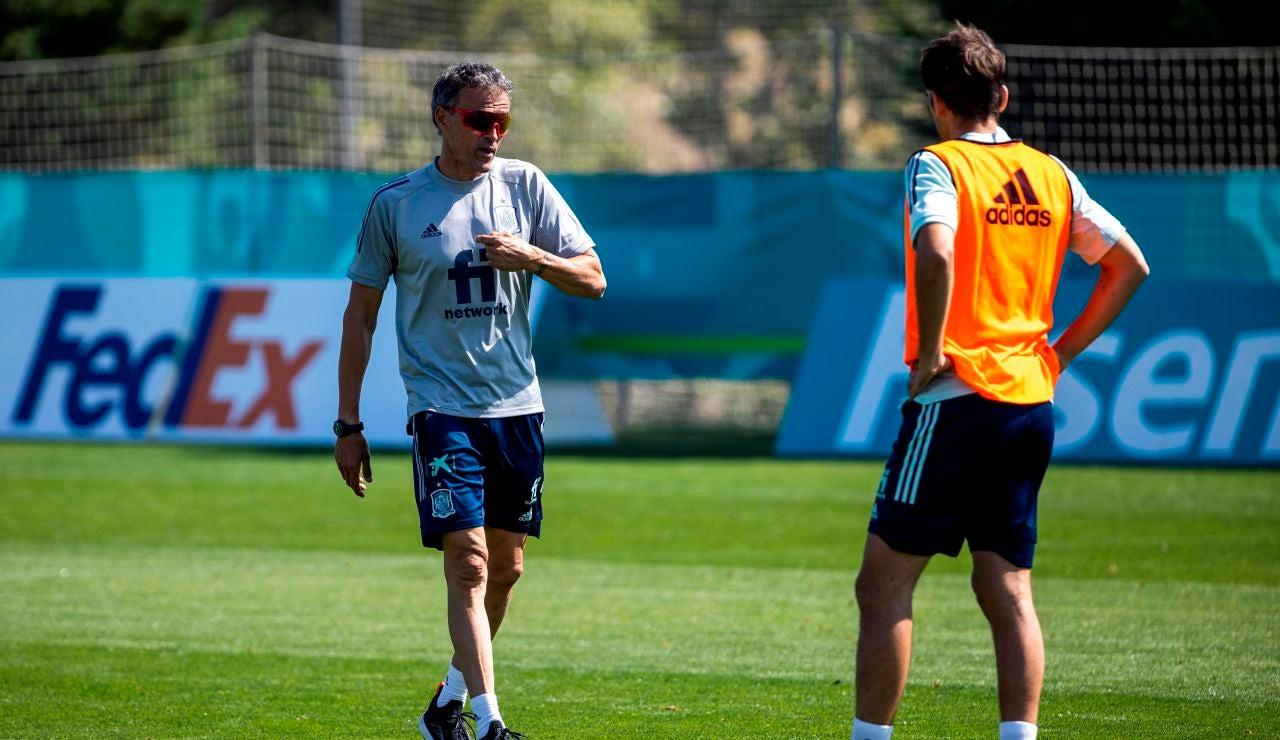 Luis Enrique da instrucciones en un entrenamiento de la Selección española