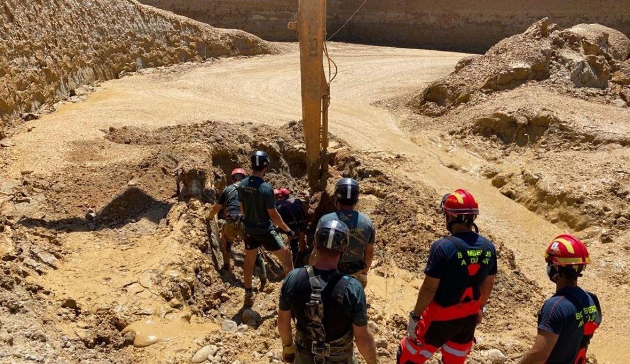 Miembros del dispositivo de rescate acceden a la retroexcavadora