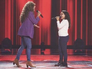 Rosario Flores canta 'La gata bajo la lluvia' con Daniela Petit en las Audiciones a ciegas de 'La Voz Kids'
