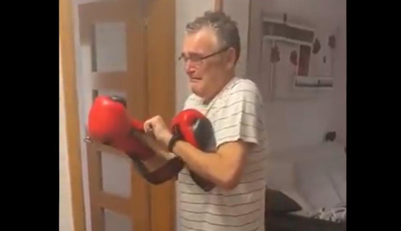 """El emotivo vídeo en el que un aficionado recibe los guantes del boxeador Sandor Martin: """"Para cuando preguntan si merece la pena"""""""
