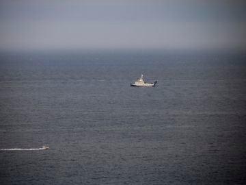 Una lancha de la Guardia Civil se acerca al buque Ángeles Alvariño