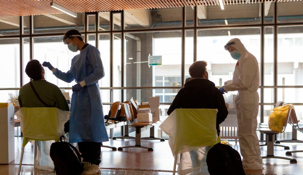 Profesionales sanitarios realizan PCR
