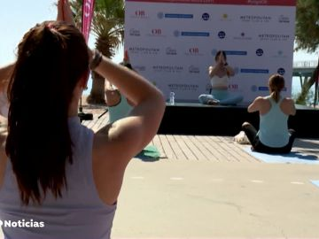 Disfrutar del yoga al aire libre y frente al mar, la experiencia de la 2ª edición de yoga de Objetivo Bienestar