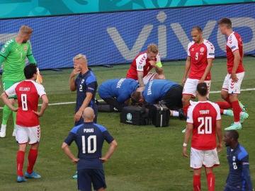 Christian Eriksen es atendido en pleno Dinamarca-Finlandia