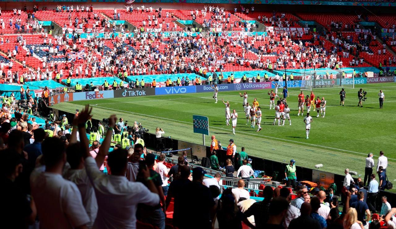 Un aficionado se encuentra en estado grave tras caerse de la grada de Wembley