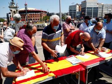 Varios ciudadanos firman la petición contra la concesión de indultos en Barcelona