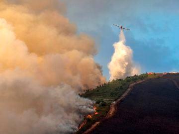Dos incendios forestales en Galicia que continúan activos calcinan 100 hectáreas