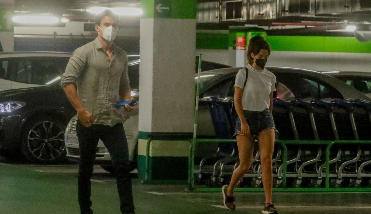 María Pedraza y Álex González en un parking de un conocido centro comercial