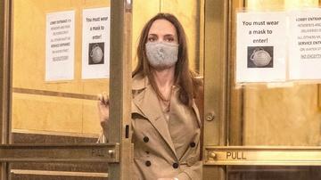 Angelina Jolie saliendo de casa de su exmarido Lee Miller