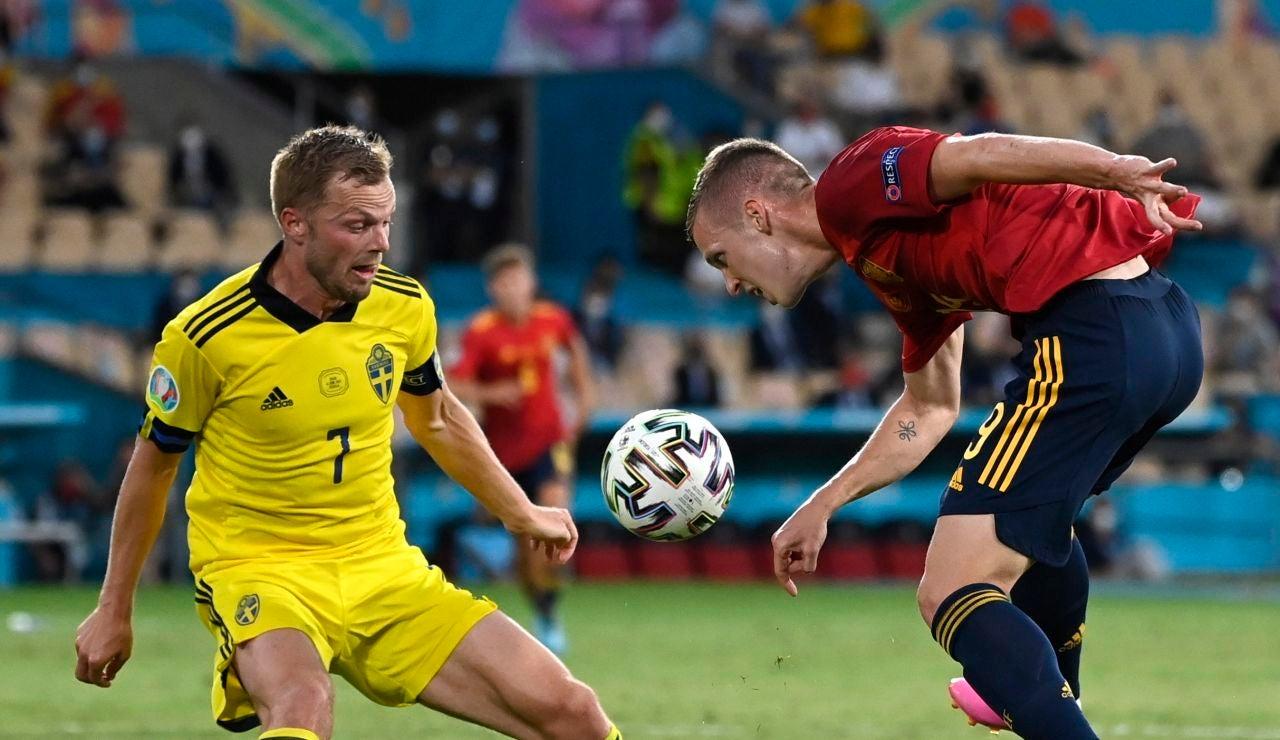 Dani Olmo controla un balón