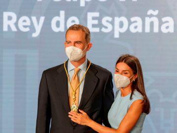 """El rey Felipe VI recibe la primera medalla de honor de Andalucía por ser """"el mejor símbolo de la unidad de España"""""""