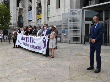 El secretario general de Vox, Javier Ortega Smith (d) se distancia de la concentración de los integrantes del ayuntamiento de Madrid para mostrar su repulsa a la violencia machista en la entrada de la sede del ayuntamiento en Madrid este lunes.