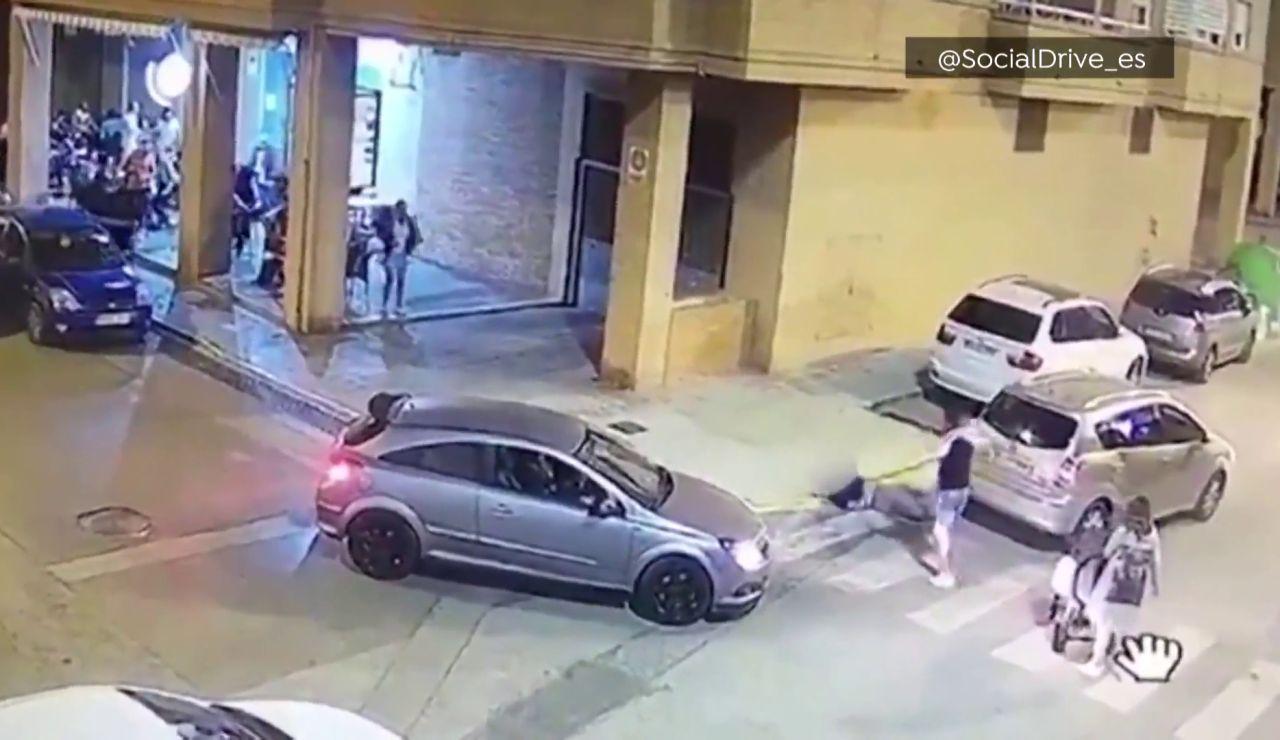 Imagen del momento en el que un hombre agrede al conductor que casi lo atropella